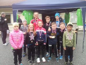 Nokre av dei barn og ungdomar som deltok på mosjonsløpet.