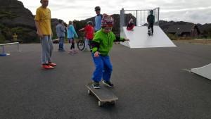Volontøren Steven (i bakgrunnen) gav tips til ungdomane om skateboarding. Daniel Elvevåg prøvar seg.